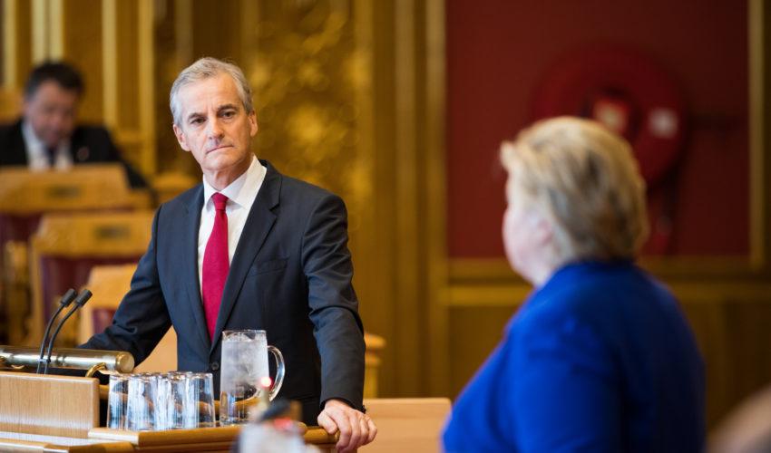 Statsminister Erna Solberg (H) svarer på spørsmå fra Jonas Gahr Støre (A) i den siste muntlige spørretimen før ferien og høstens stortingsvalg.