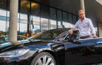 Høyres Nikolai Astrup mottar sin Tesla Model S